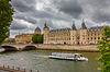 Seine und Conciergerie in Paris, Frankreich | Stock Foto