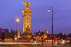Pont Alexandre III in der Nacht in Paris, Frankreich | Stock Foto