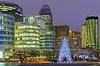 Weihnachtsbaum unter Wolkenkratzer von La Defense, | Stock Foto