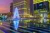 Weihnachtsbaum unter Hochhäuser in Paris, Frankreich | Stock Foto