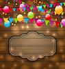 Bunte Luftballons, Fahnen hängen auf Holz