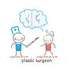 plastischer Chirurg sagt mit Patienten über Brust