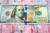 US-Dollar auf Griwna-Banknoten | Stock Foto