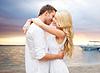 Glückliches Paar umarmt über Sonnenuntergang am Strand im Sommer | Stock Photo
