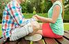 Glückliche Paar Hand in Hand im Park | Stock Photo