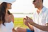 Glückliche Paare mit Verlobungsring in Geschenkbox | Stock Photo