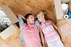 Glückliche Paar auf dem Boden unter Kartons liegend | Stock Photo