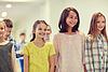 一群微笑学校的孩子们走在走廊 | 免版税照片