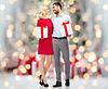 Glückliches Paar mit Geschenk-Boxen über Weihnachtsbeleuchtung | Stock Photo