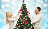 Glückliches Paar Weihnachtsbaum über Lichter schmücken | Stock Photo