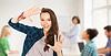 十几岁的女学生展示学校的手 | 免版税照片