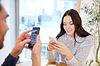 Glückliches Paar mit Smartphones im Café | Stock Photo