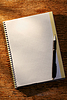 Open Notebook auf dem Tisch und Kugelschreiber | Stock Foto