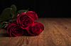 Bukiet róż leżącego na drewnianym stole na czarnym | Stock Foto