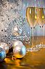 Choinki, zabawki balony i kieliszki wina | Stock Foto