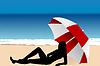 Junge Frau unter einem Regenschirm auf Strand liegen