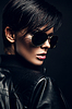 炎热的黑发女子在黑墨镜 | 免版税照片