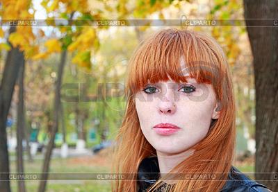Całkiem czerwone włosy dziewczyna wygląda na aparat fotograficzny | Foto stockowe wysokiej rozdzielczości |ID 4613178