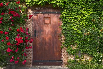 Eingang Holztür und Rosen | Foto mit hoher Auflösung |ID 4539780