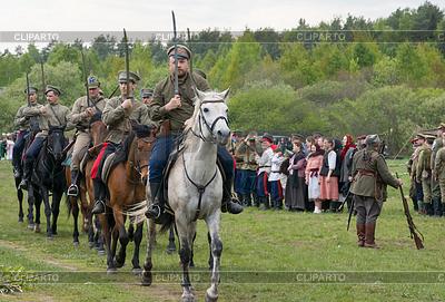 Kavallerie Soldaten reiten auf Pferden mit nackten Schwertern | Foto mit hoher Auflösung |ID 4622387