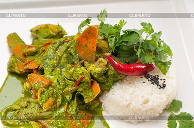 Kurczak curry z zielonymi warzywami i ryżem | Foto stockowe wysokiej rozdzielczości |ID 4669849